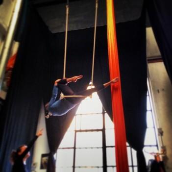corso di tessuto e trapezio acrobatica aerea tecniche circensi