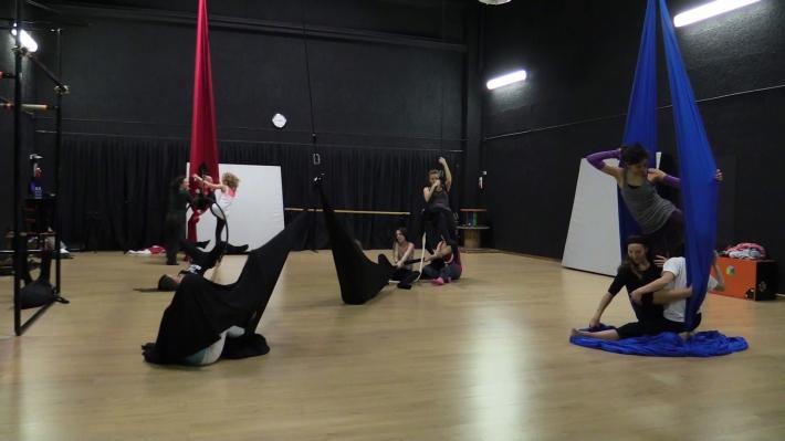 stage teatro circo puzzle, la fucina del circo, martina nova, discipline aeree, tessuto, trapezio.