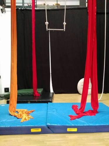 la fucina del circo, spazio10, allenamento libero, corsi tessuti aereo, trapezio, acrobatica aerea