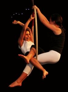 acrobatica aerea, junior, ragazzi, danza aerea, discipline aeree, la fucina del circo, torino, scuola di circo, corsi arti circensi, tessuto, trapezio, ginnastica